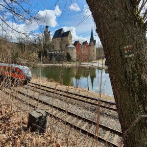 Burg Stein: Nahverkehr und Wanderwege direkt vor der Tür. Foto Susann Gramm, 2021